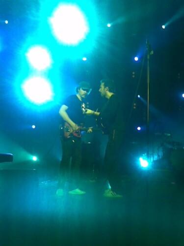 Jonny e Chris de volta ao palco durante Shiver