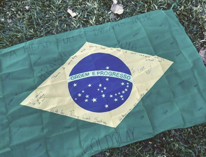 Bandeira que Thuane entregou para a banda