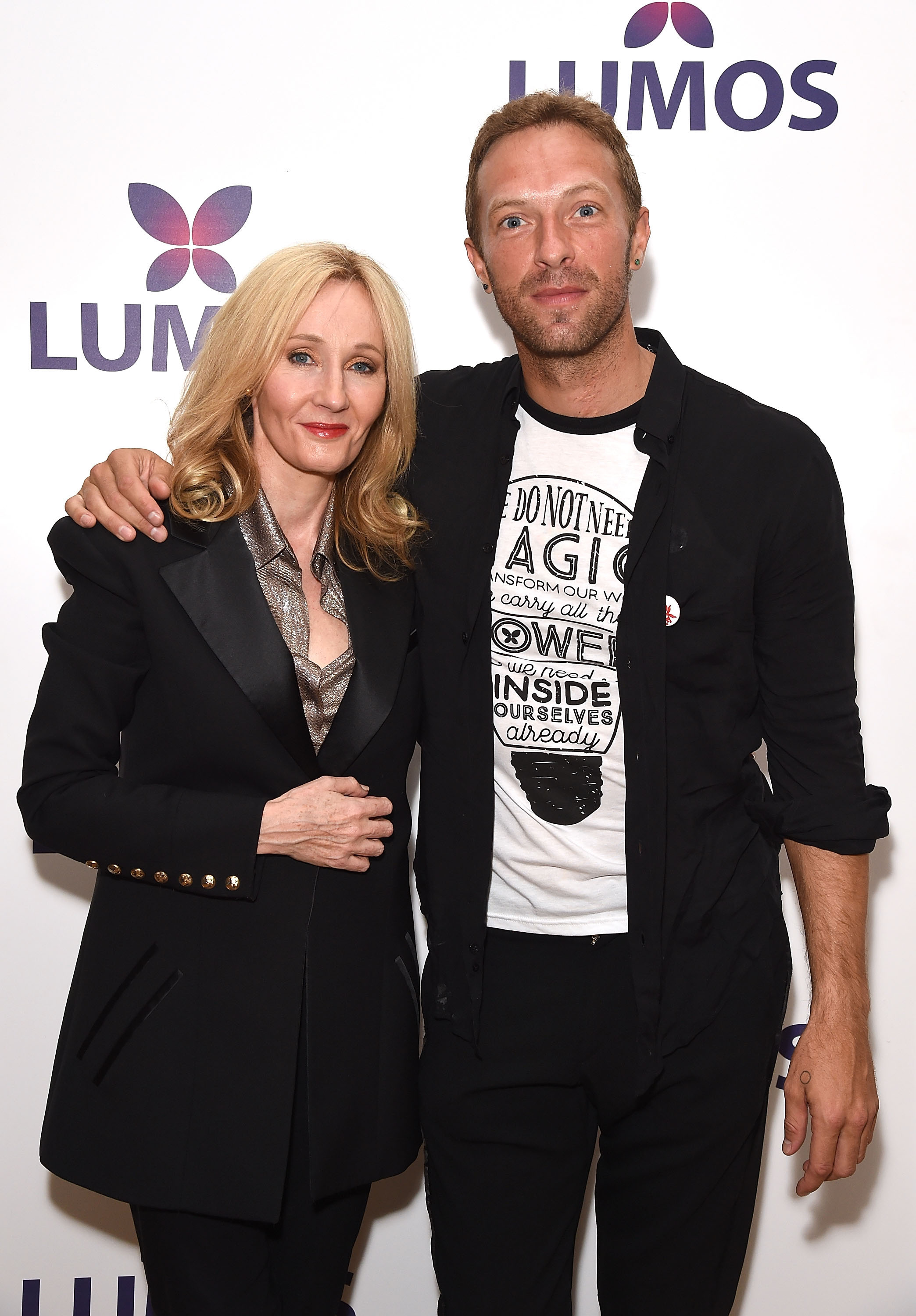 J.K. Rowling (autora de Harry Potter) e Chris Martin. Photo by Dave Benett/Getty Images for Lumos)